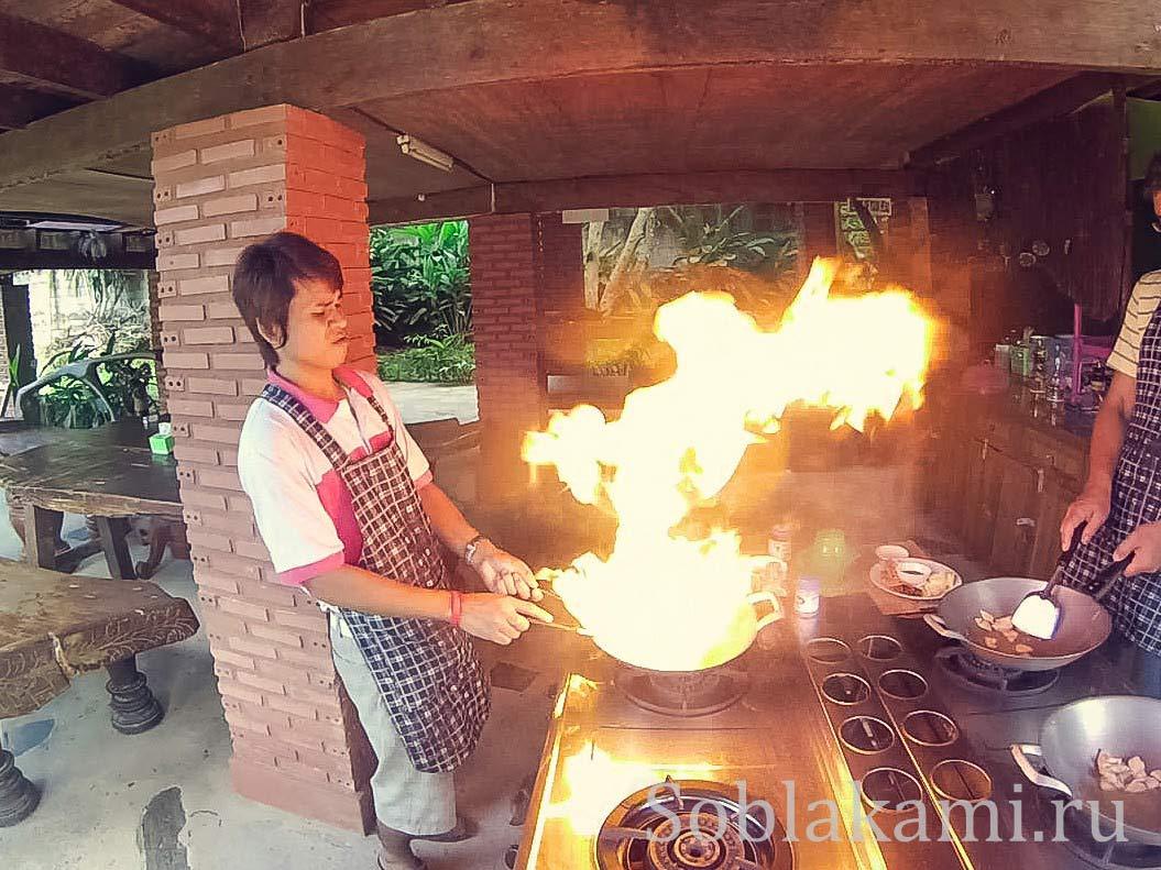 Кулинарные курсы в Ао Нанге: перформанс с горящими сковородками