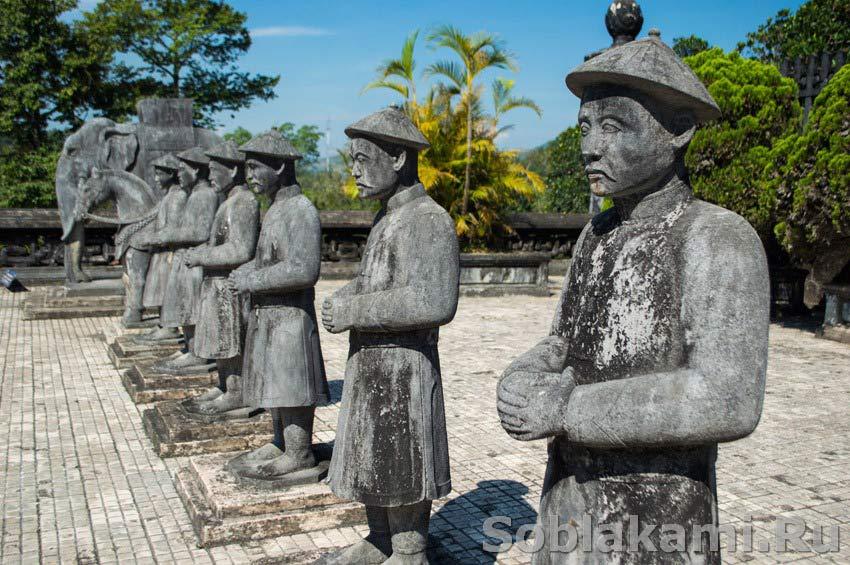 Гробницы императоров в Хюэ: блестящие фальшивки для расхитителей